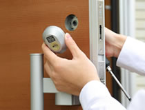 玄関の鍵交換と補助錠取付け